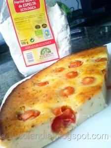 Pastel salado de queso y tomates cherry